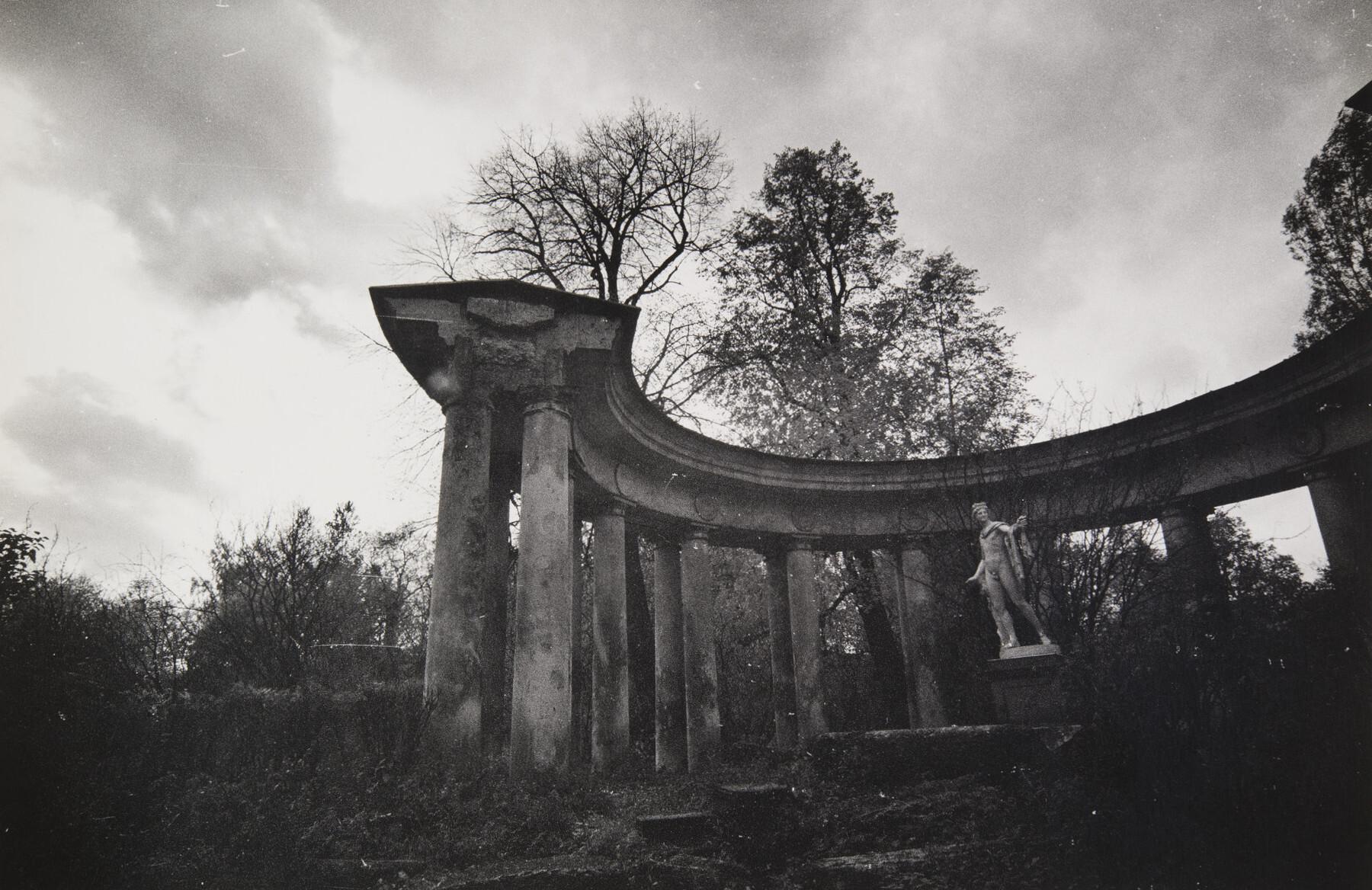Борис Смелов.      Коллонада Апполона   Павловск, 1988