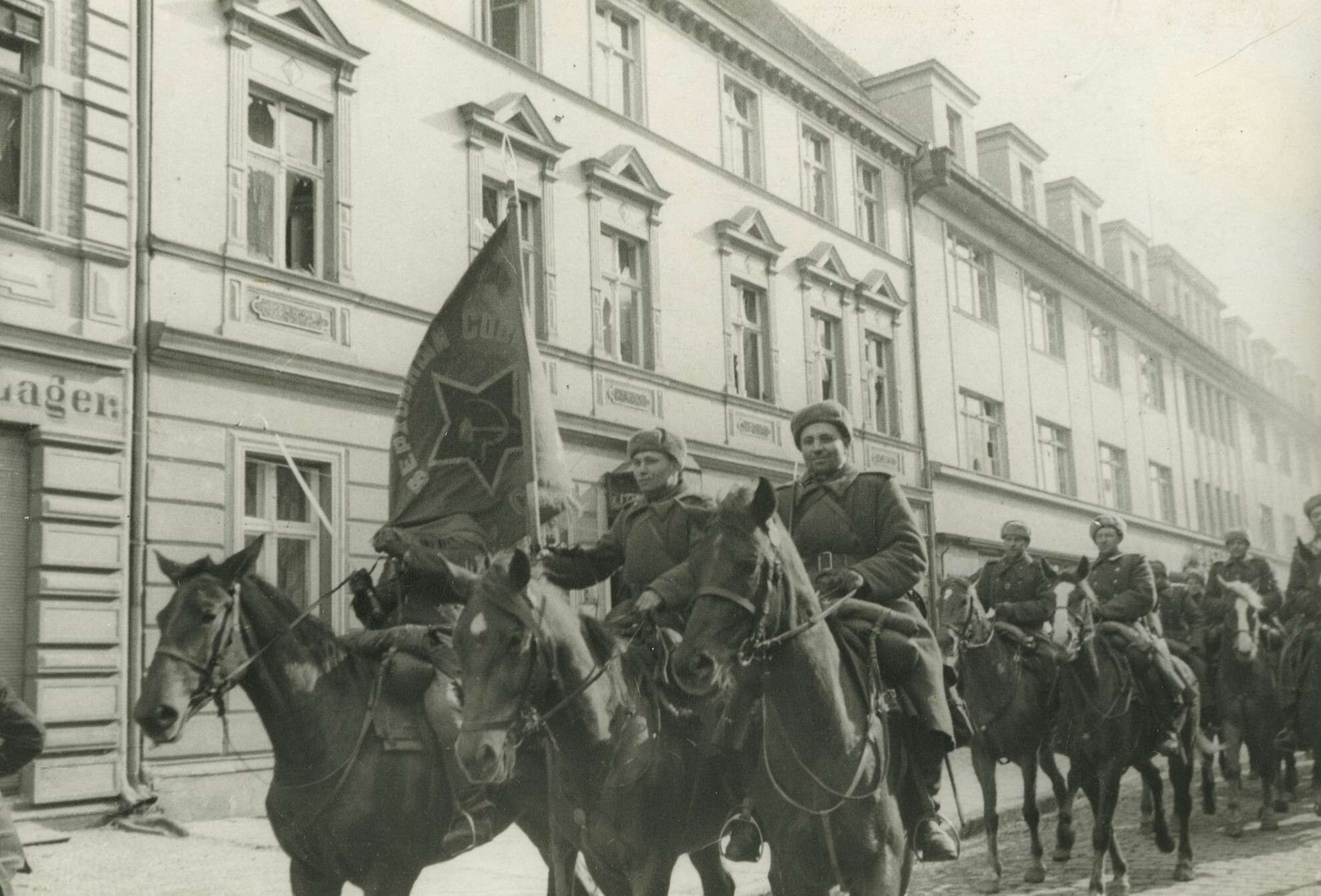 Ефим Копыт.    Конногвардейцы генерал-лейтенанта Осликовского проходят через немецкий город Нейптетти   Германия,Нейптетти, 1945