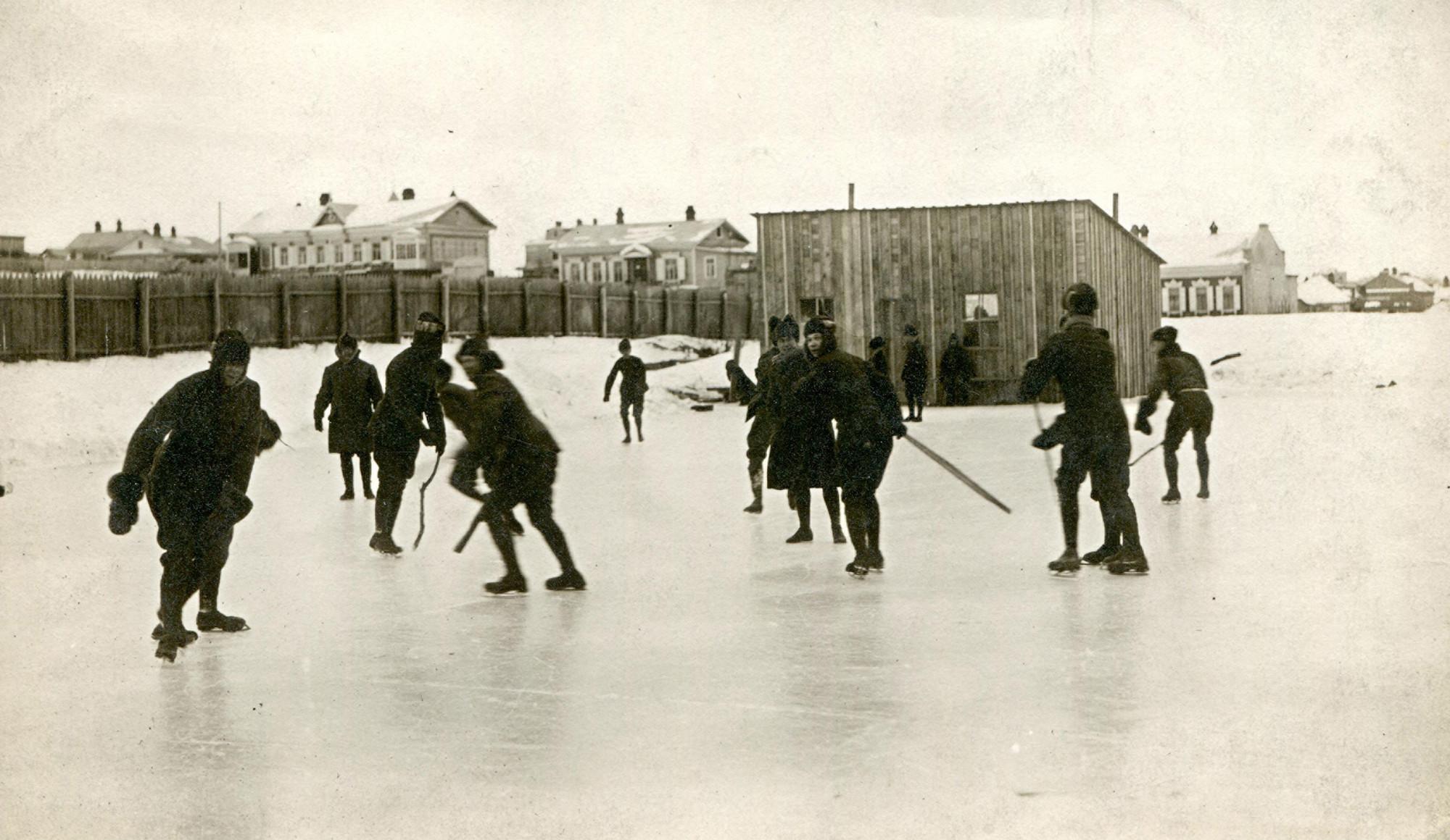 Военнослужащие 27-го полка Американского экспедиционного корпуса играют в хоккей.    1918–1919   © КГБНУК г. Хабаровск «ХКМ имени Н. И. Гродекова»