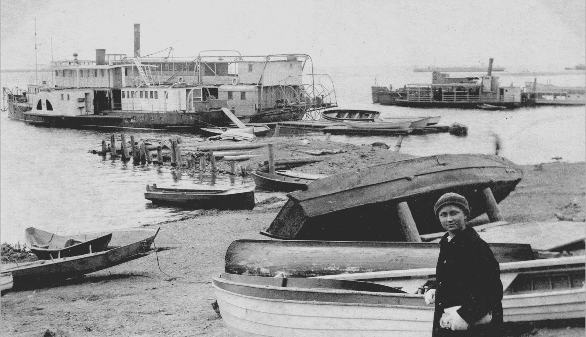 Пароходы у Хабаровска.    1920 г.   © А. Колесников, фотография из личной коллекции