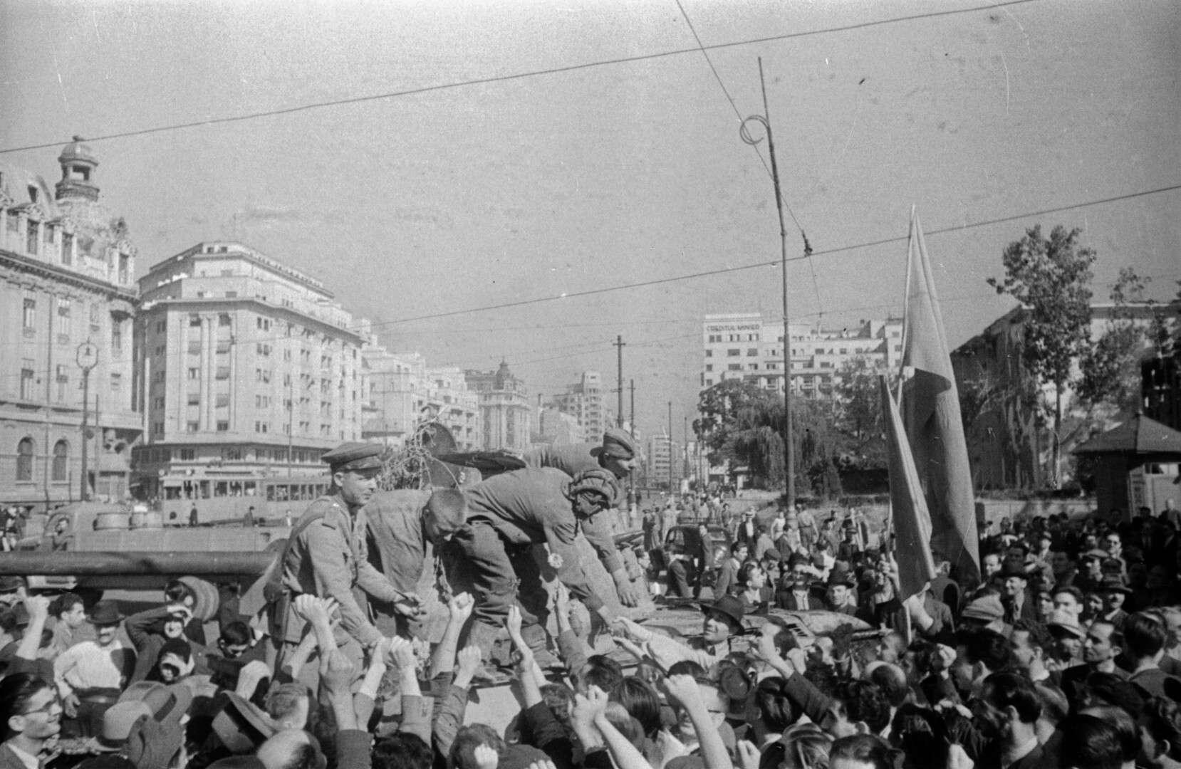 Неизвестный автор.    Жители г. Бухареста приветствуют советских танкистов в День Победы   Румыния, Бухарест, 9 мая 1945