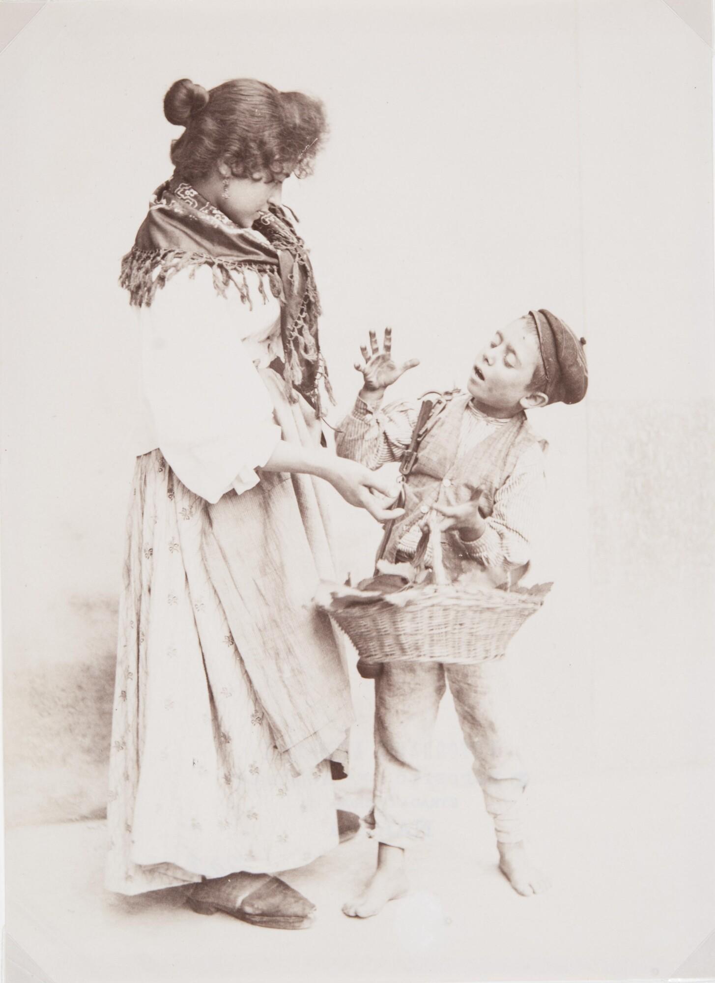 Фотоателье Эспозито.    Девушка спорит с мальчиком — продавцом фруктов, 1870–1890‑е   Альбуминовый отпечаток