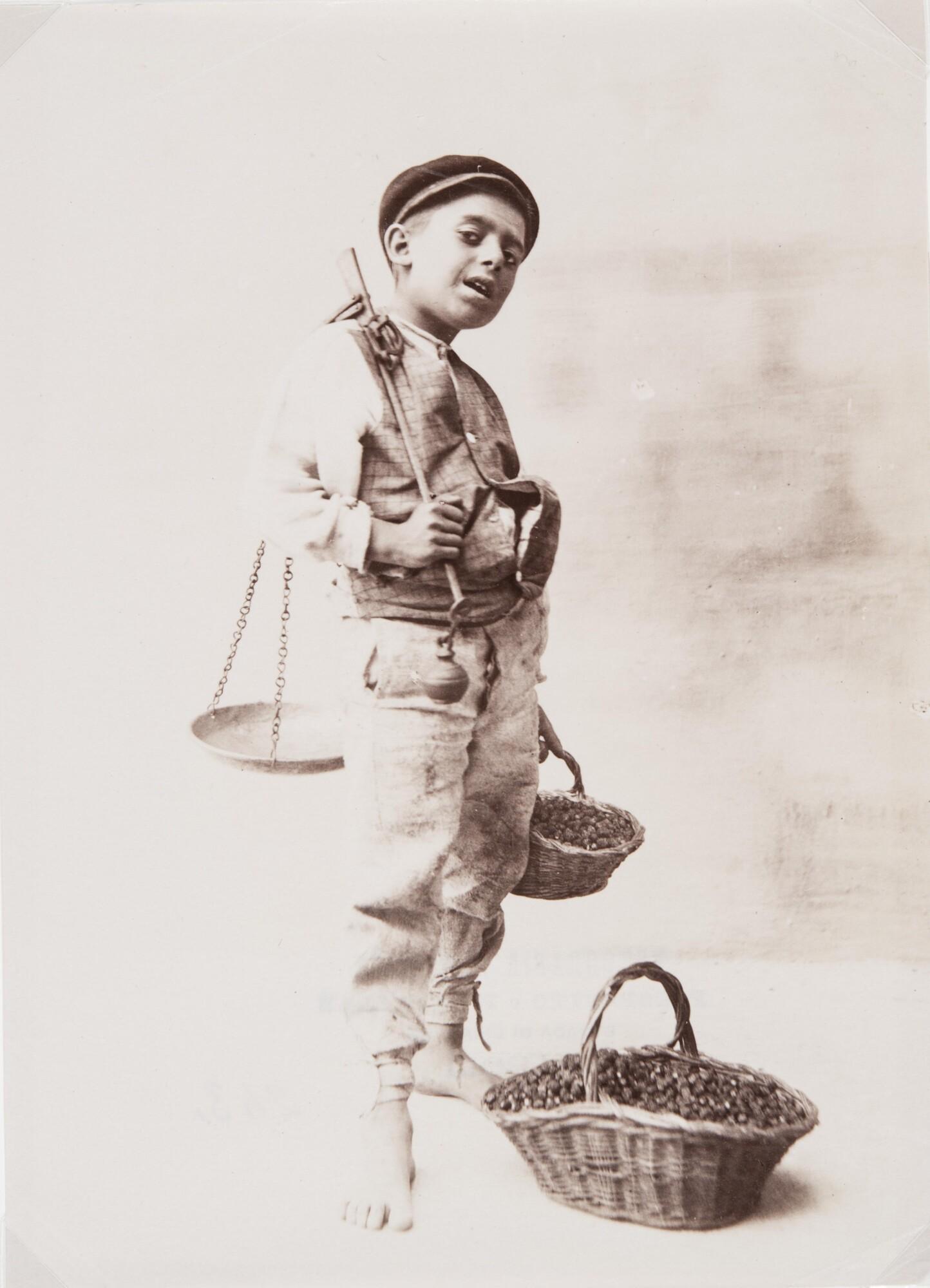 Фотоателье Эспозито.    Продавец ягод, 1870–1890‑е   Альбуминовый отпечаток