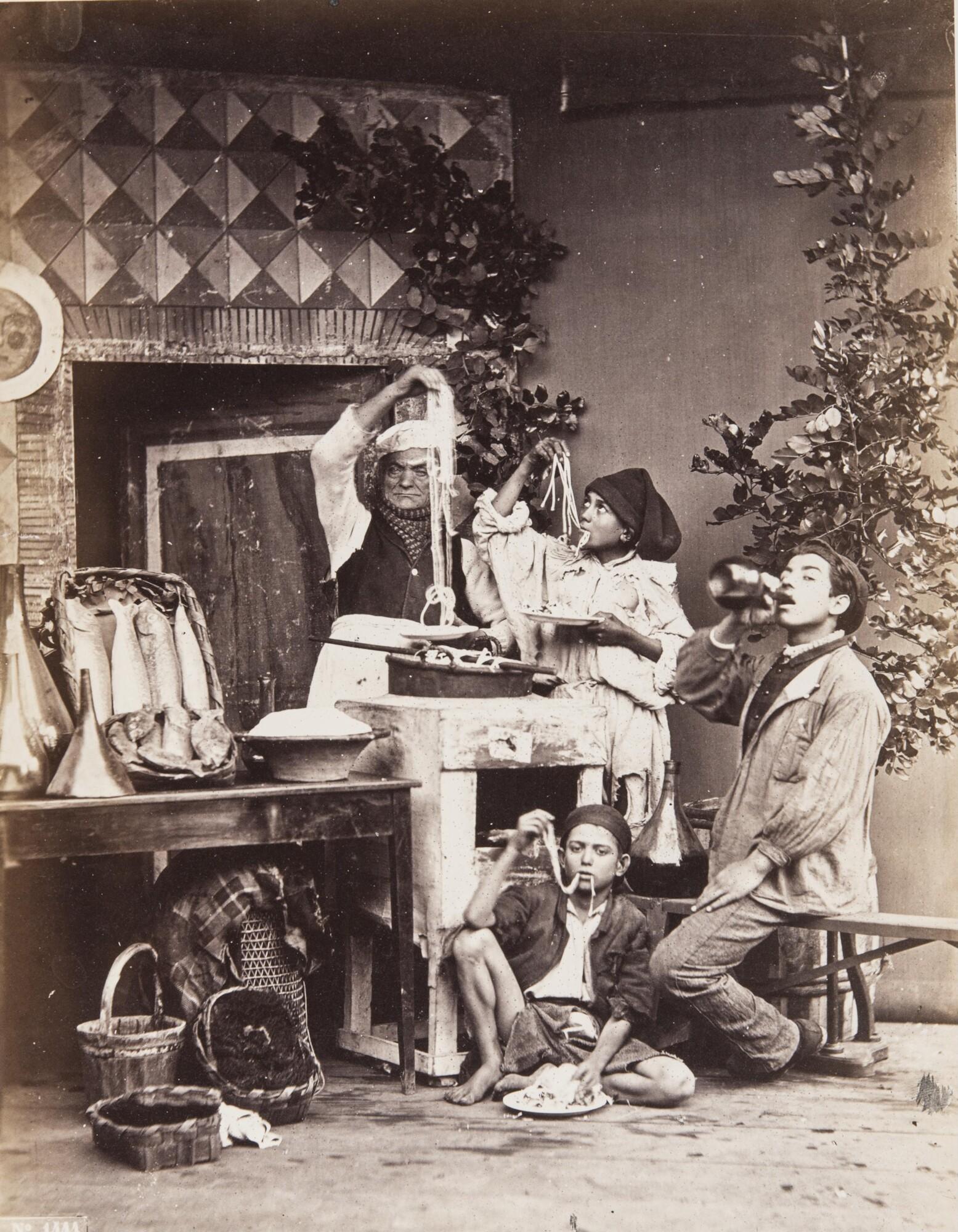 Джорджо Зоммер.    Неаполитанцы: продавцы пасты, рыбы и вина, 1865   Альбуминовый отпечаток