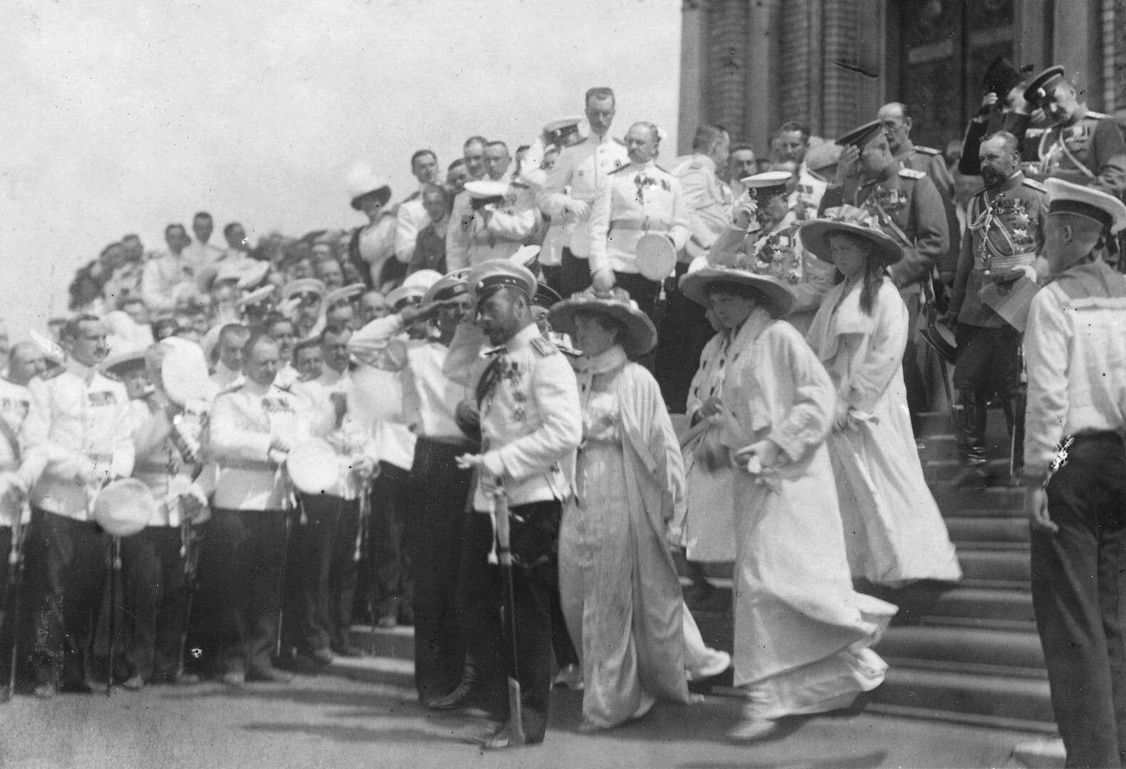 Император Николай II с дочерьми и сопровождающие его лица во время освящения Морского собора