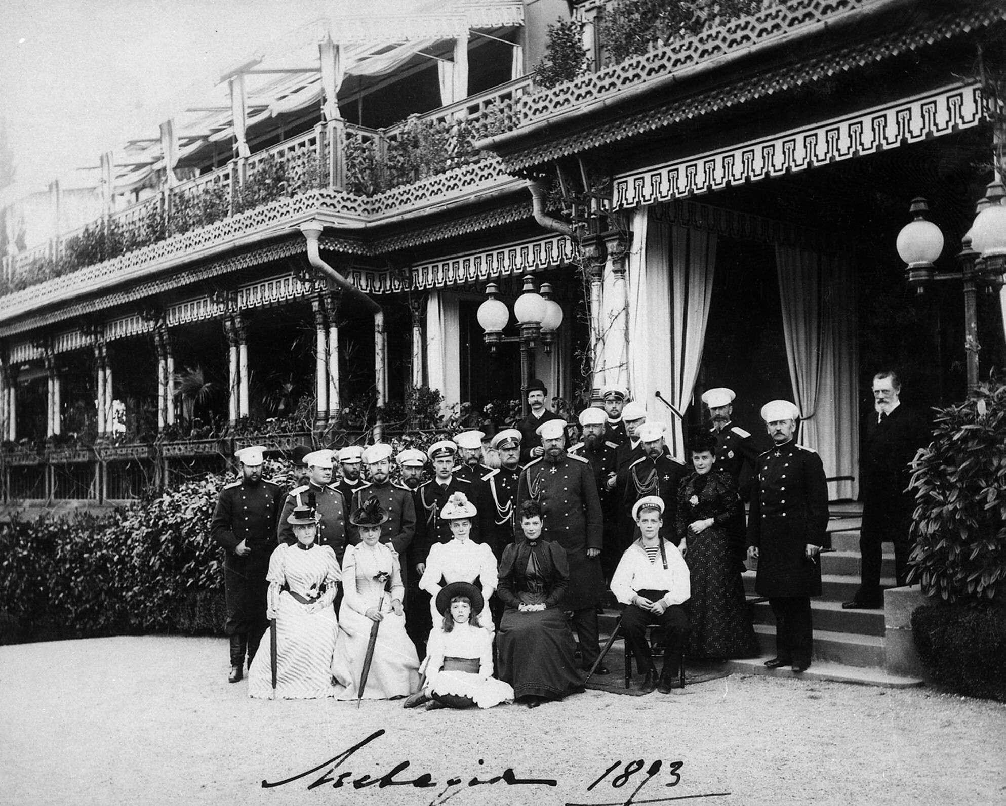 ФёдорОрлов.    Императорская семья у Ливадийского дворца,1883, ©РГАКФФД