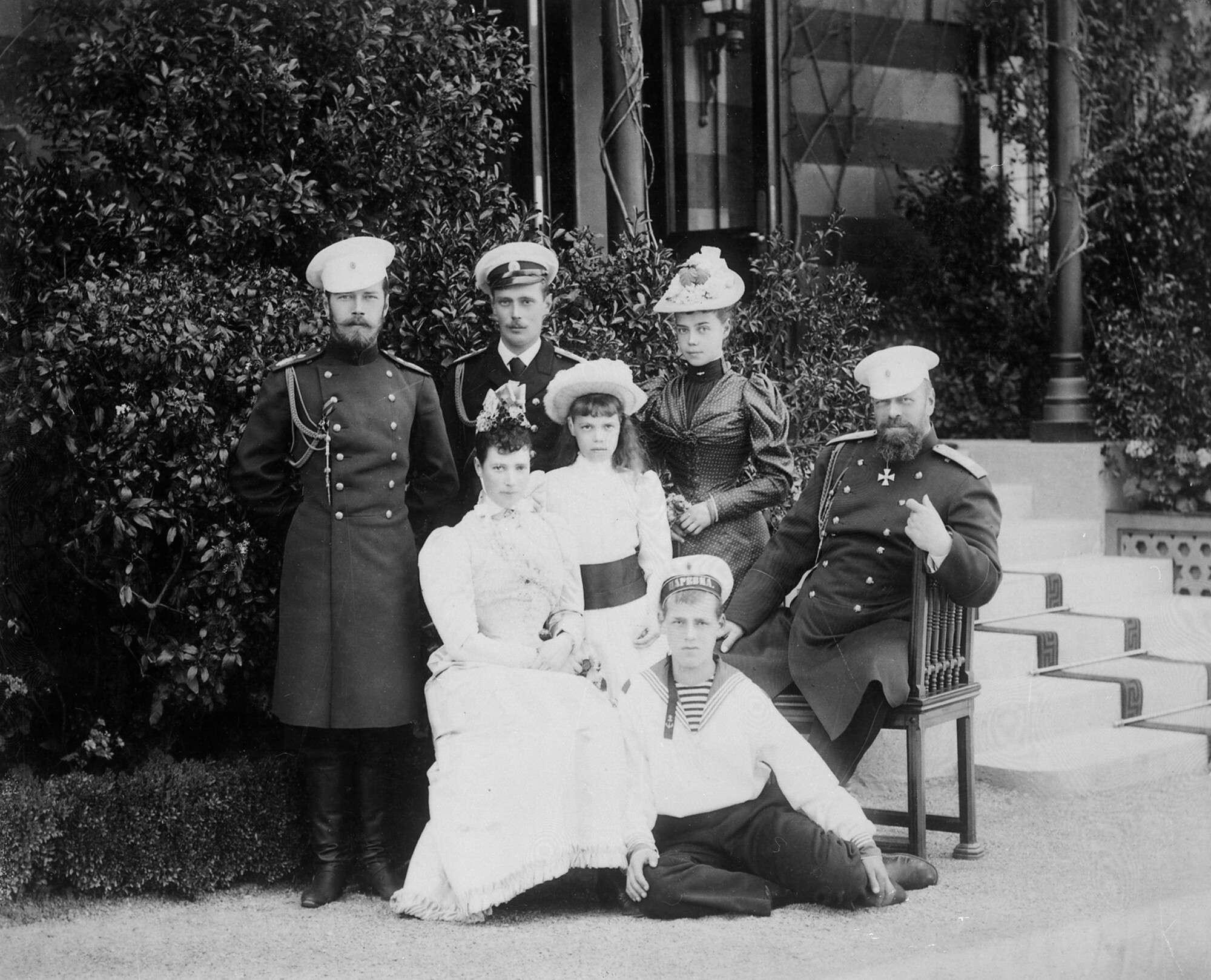 Неизвестный автор.    Император Александр III и императрица Мария Федоровна с детьми,Ливадия, не позднее 1892, © РГАКФФД