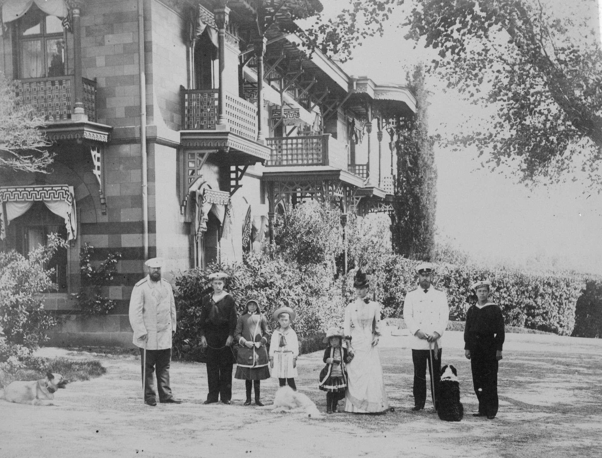 Неизвестный автор.    Императорская семья у Ливадийского дворца,не позднее 1892,© РГАКФФД