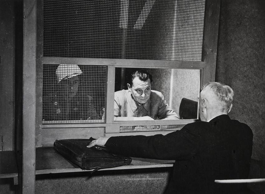 Е. А. Халдей.  Нюрнберг. Последняя трибуна Геринга. Герман Геринг со своим адвокатом 1946