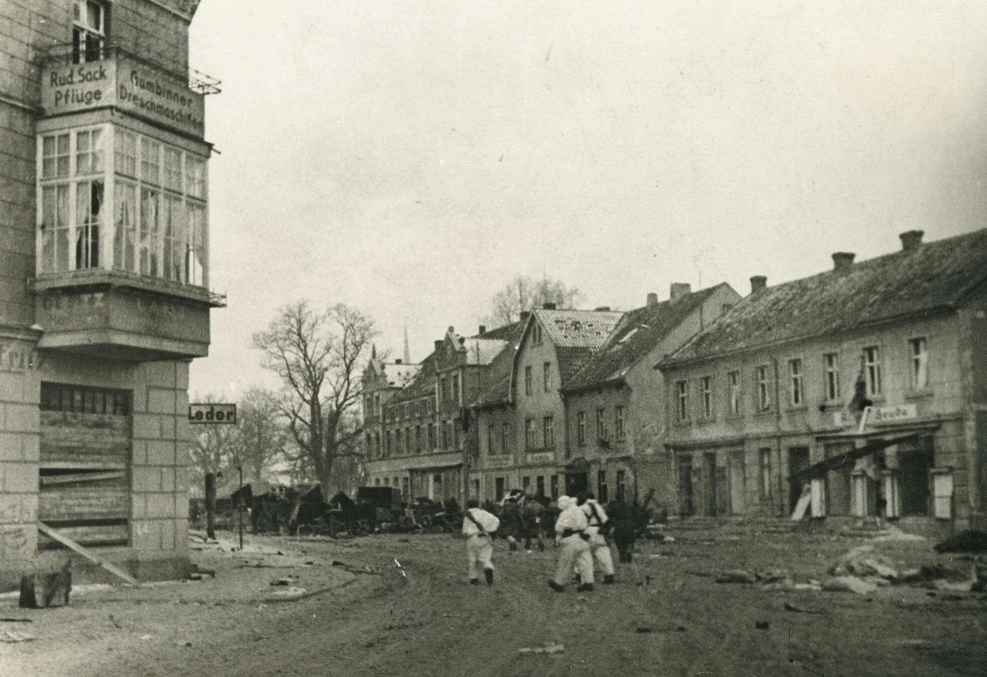 Д. Сорока.    Улица города Гросс-Скайсгиррен   Восточная Пруссия, Гросс-Скайсгиррен, 1945
