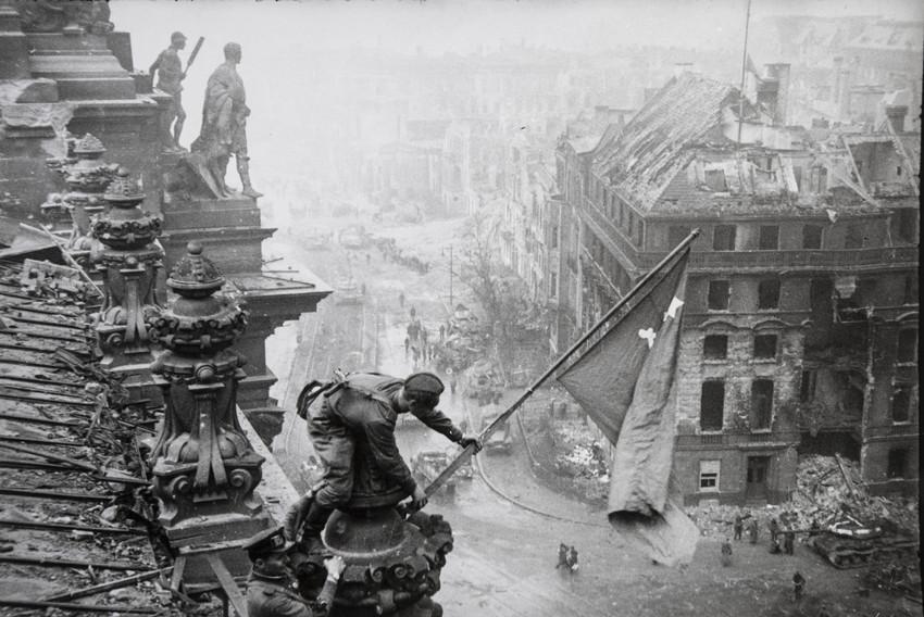 Е. А. Халдей.  Знамя Победы 1945