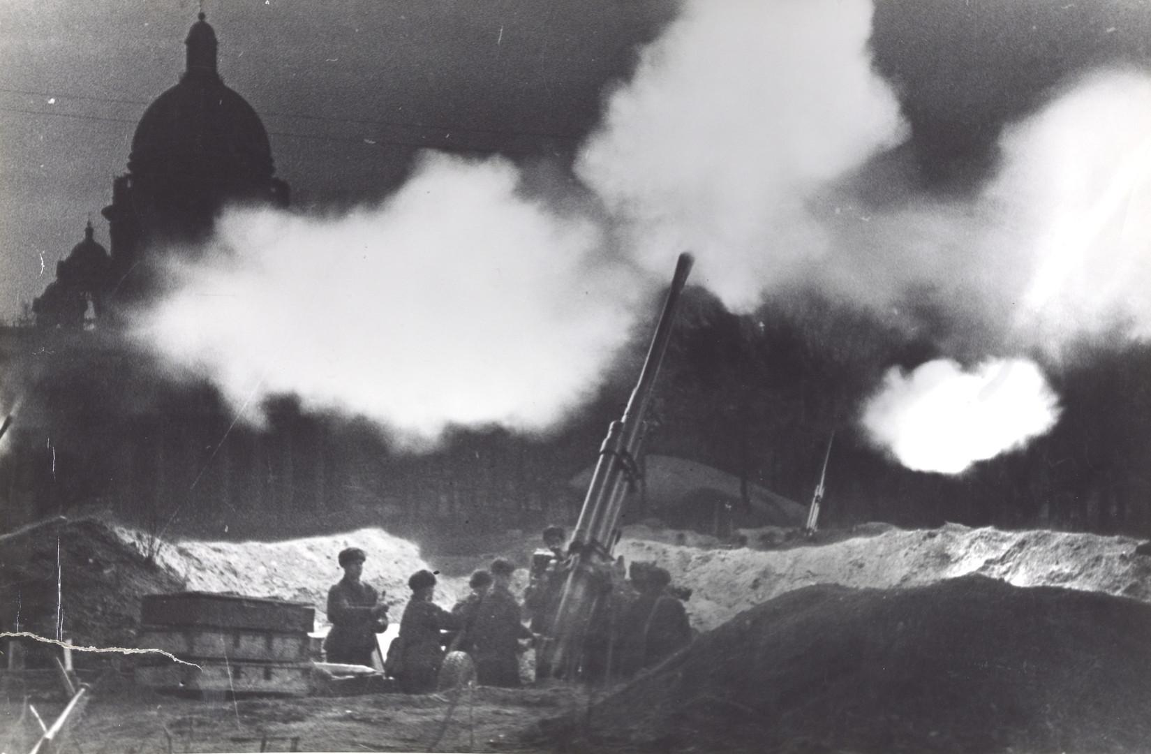 Б. П. Кудояров.    Залп по вражеским самолетам   1942