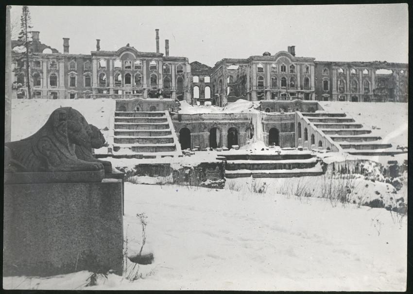 Б. П. Кудояров.    Фасад разрушенного Петергофского дворца   1943