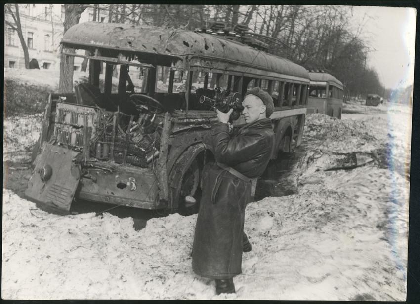 Б. П. Кудояров.    Кинооператор на улице блокадного города   1941