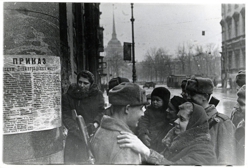 Б. П. Кудояров.    Жители города и военнослужащие читают текст приказа войскам Ленинградского фронта о снятии блокады Ленинграда   1944