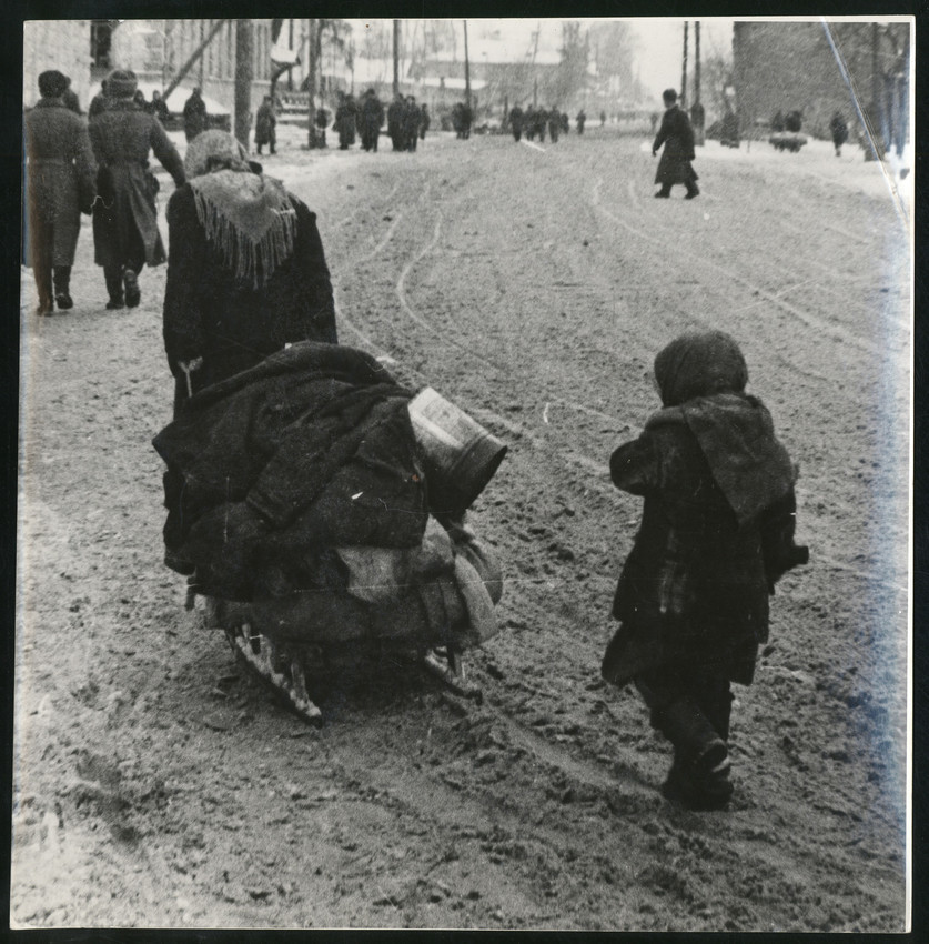 Б. П. Кудояров.    Горожане блокадного города   1944