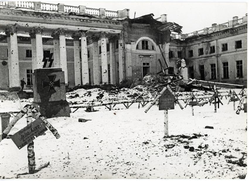 Б. П. Кудояров.    Александровский дворец. Царское село   1942