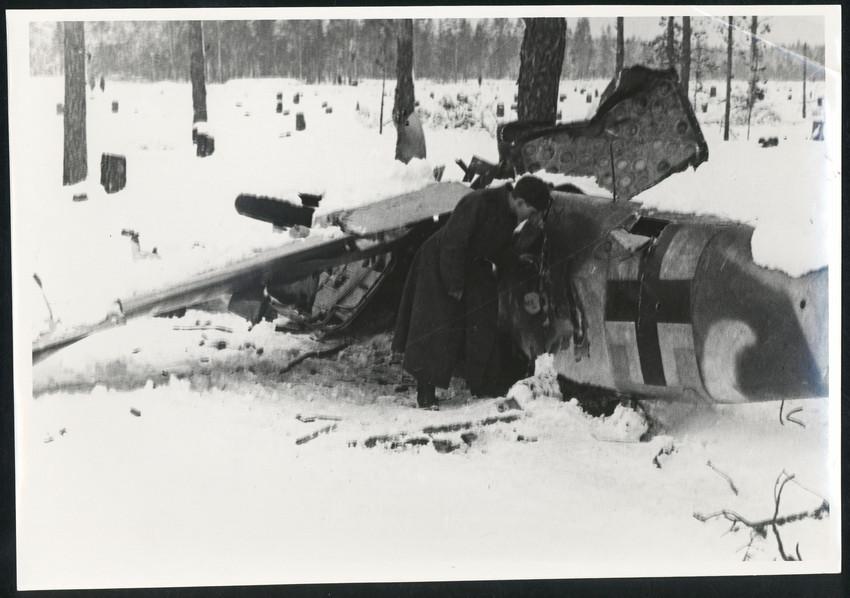 Б. П. Кудояров.    Сбитый фашистский истребитель   1942