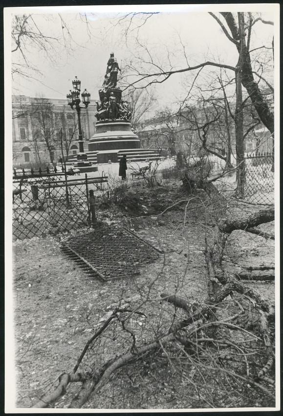 Б. П. Кудояров.    Площадь Островского. Последствия артобстрела   1942