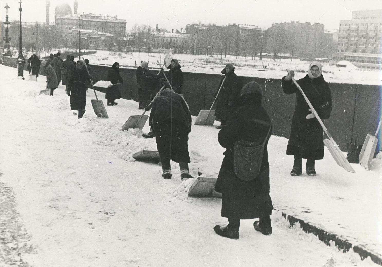 Б. П. Кудояров.    Ленинград в блокаде. Уборка снега на набережной   1943