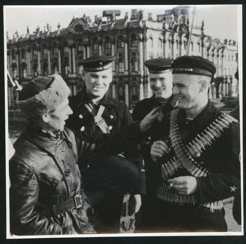 Б. П. Кудояров.    Встреча двух патрулей, двух поколений   Ленинград, весна1942