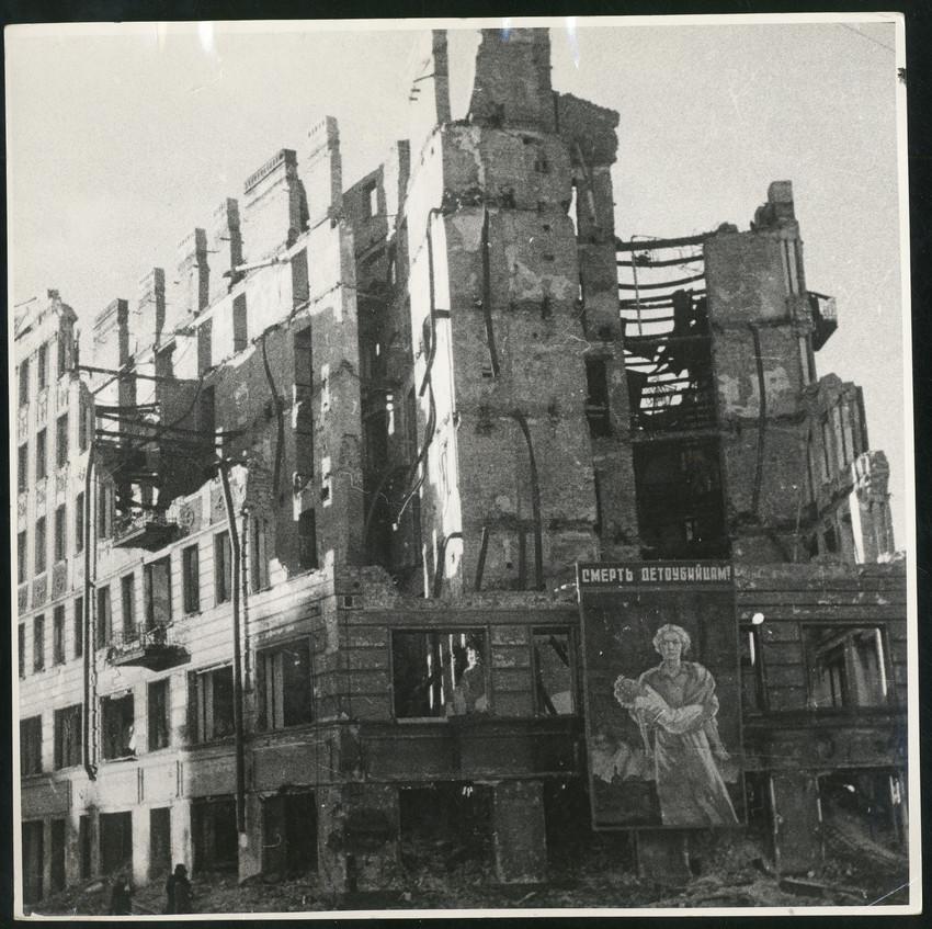 Б. П. Кудояров.    На ленинградской улице   1942