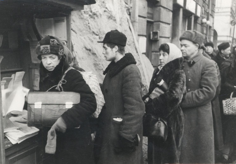 Б. П. Кудояров.    Улицы блокадного города. За свежей газетой   1942–1943