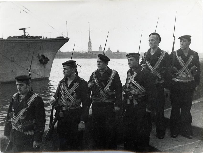 Б. П. Кудояров.    Группа матросов на Дворцовой набережной   1942