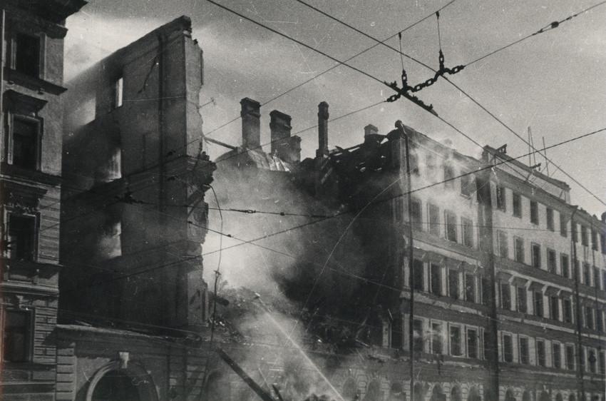Б. П. Кудояров.    Улица блокадного города   1942
