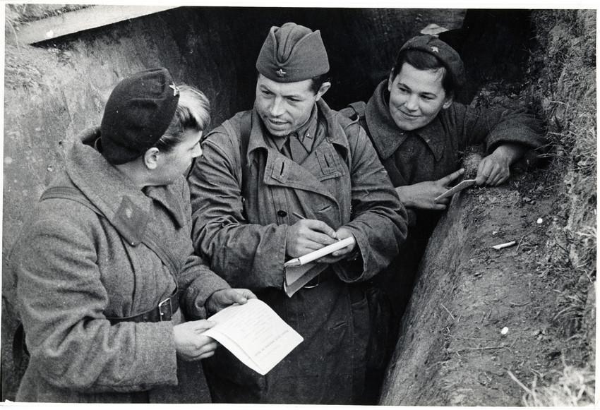Б. П. Кудояров.    На передовой вступают в комсомол   1942
