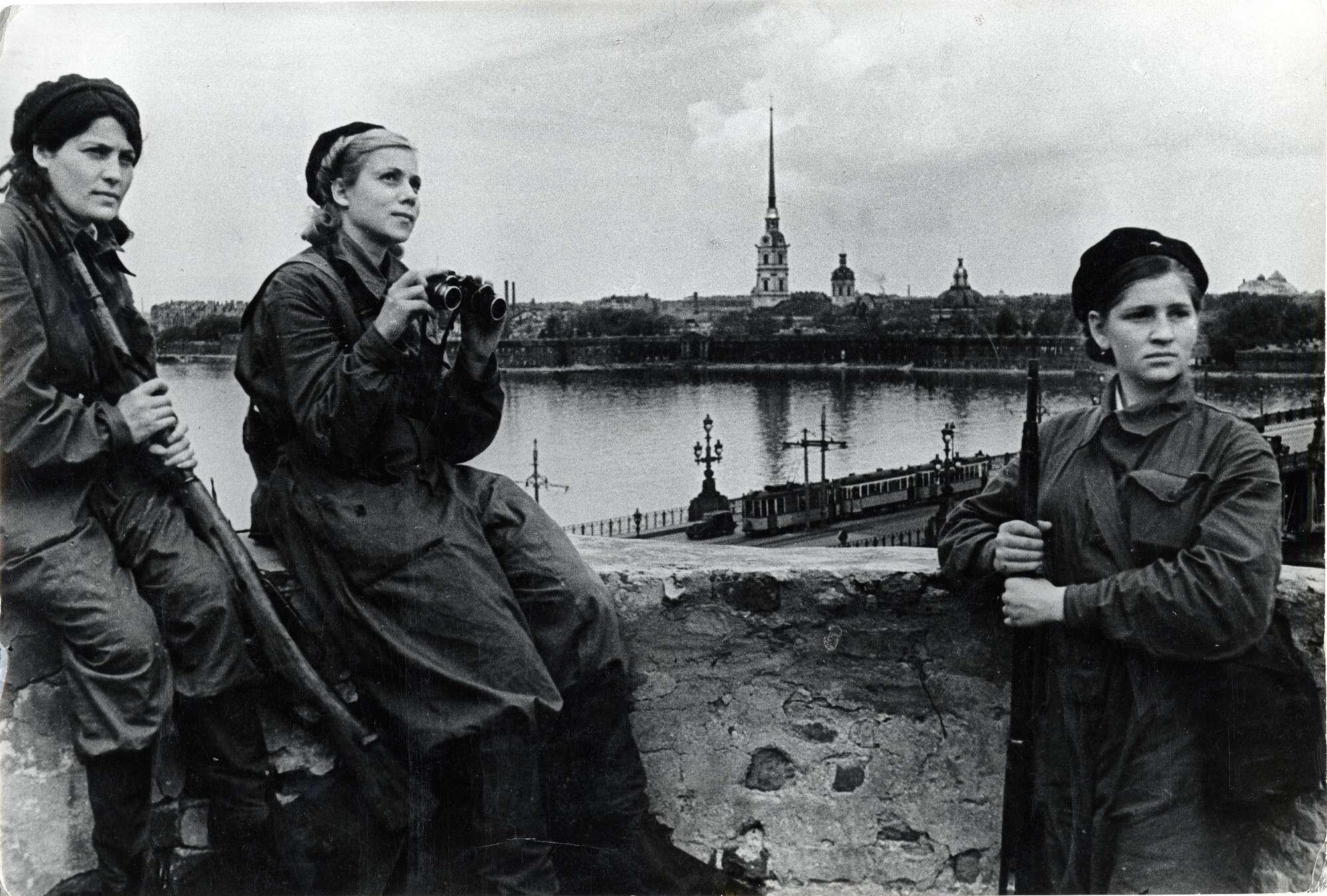 Б. П. Кудояров.    Дозорные ПВО на крыше Библиотечного института   1941–1944
