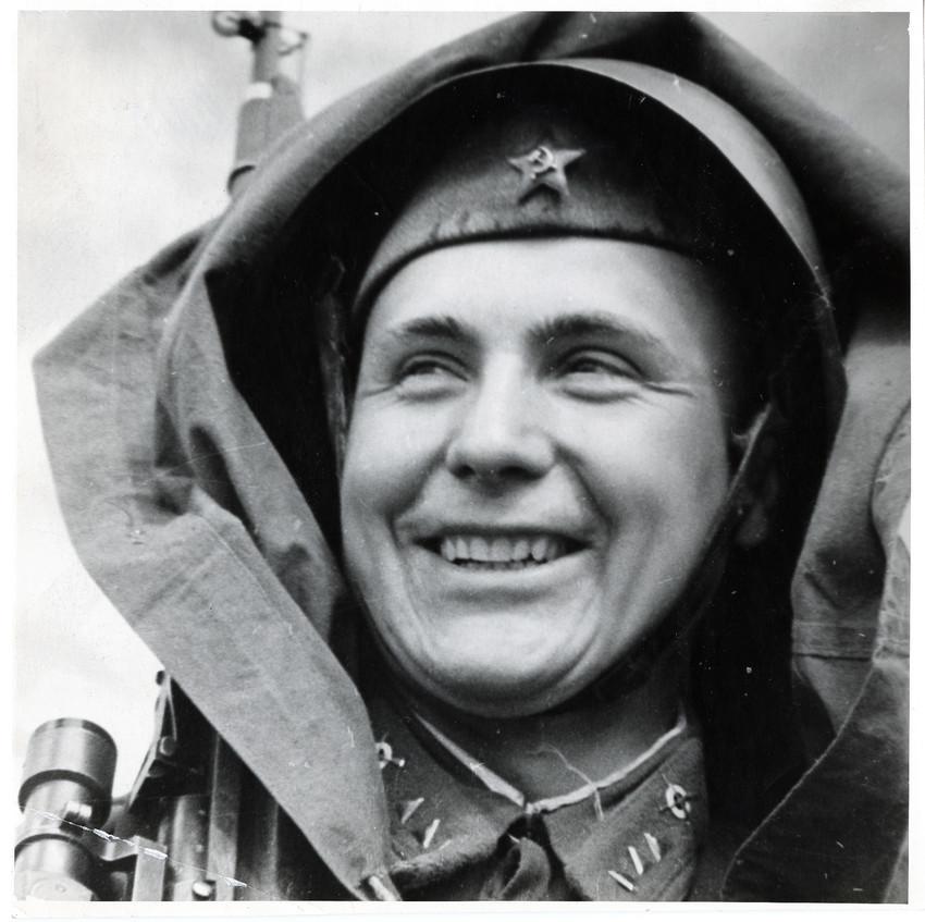 Б. П. Кудояров.    Знатный снайпер Луговской   1942