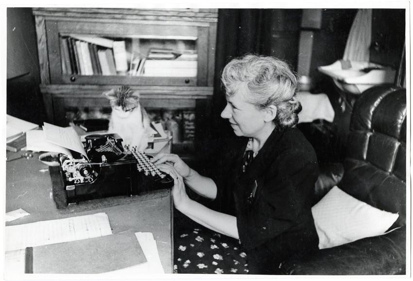 Б. П. Кудояров.    Поэтесса Вера Инбер   1942