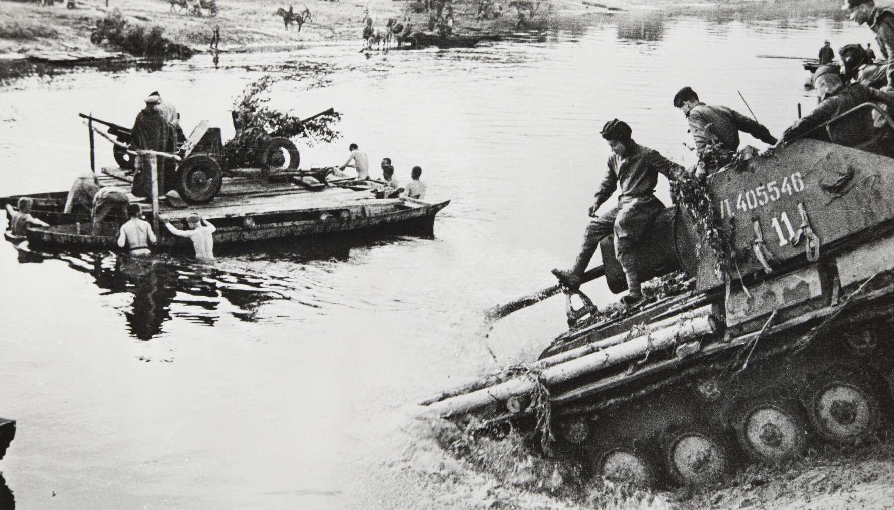 Иван Шагин.    Форсируют водный рубеж   Германия,Берлин, 1945