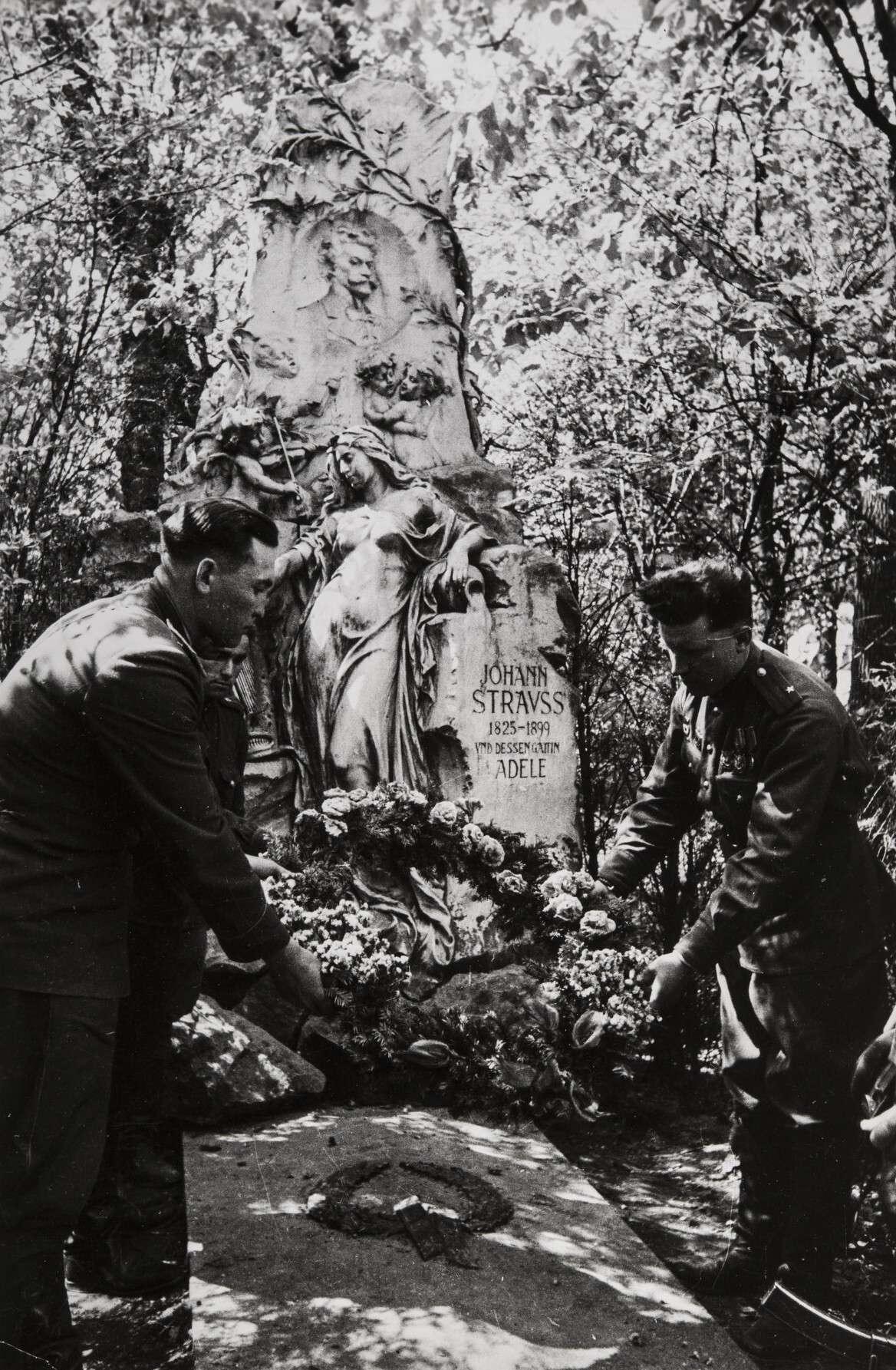 Евгений Халдей.    Советские солдаты возлагают цветы на могилу немецкого композитора Иоганна Штрауса   Австрия,Вена, 1945