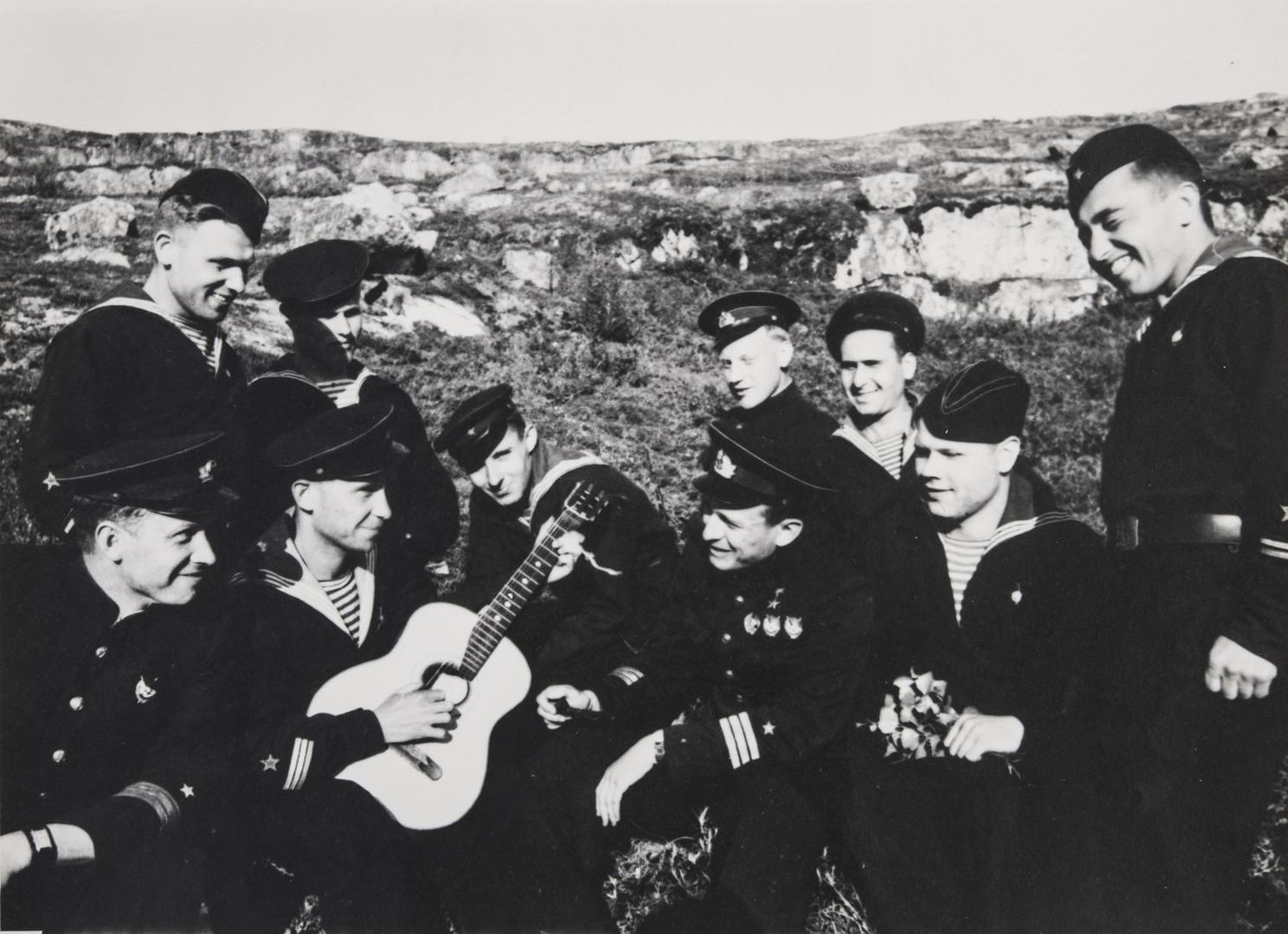 Е. А. Халдей.    Израиль Фисанович и экипаж подводной лодки М-172   Заполярье, СССР, 1942