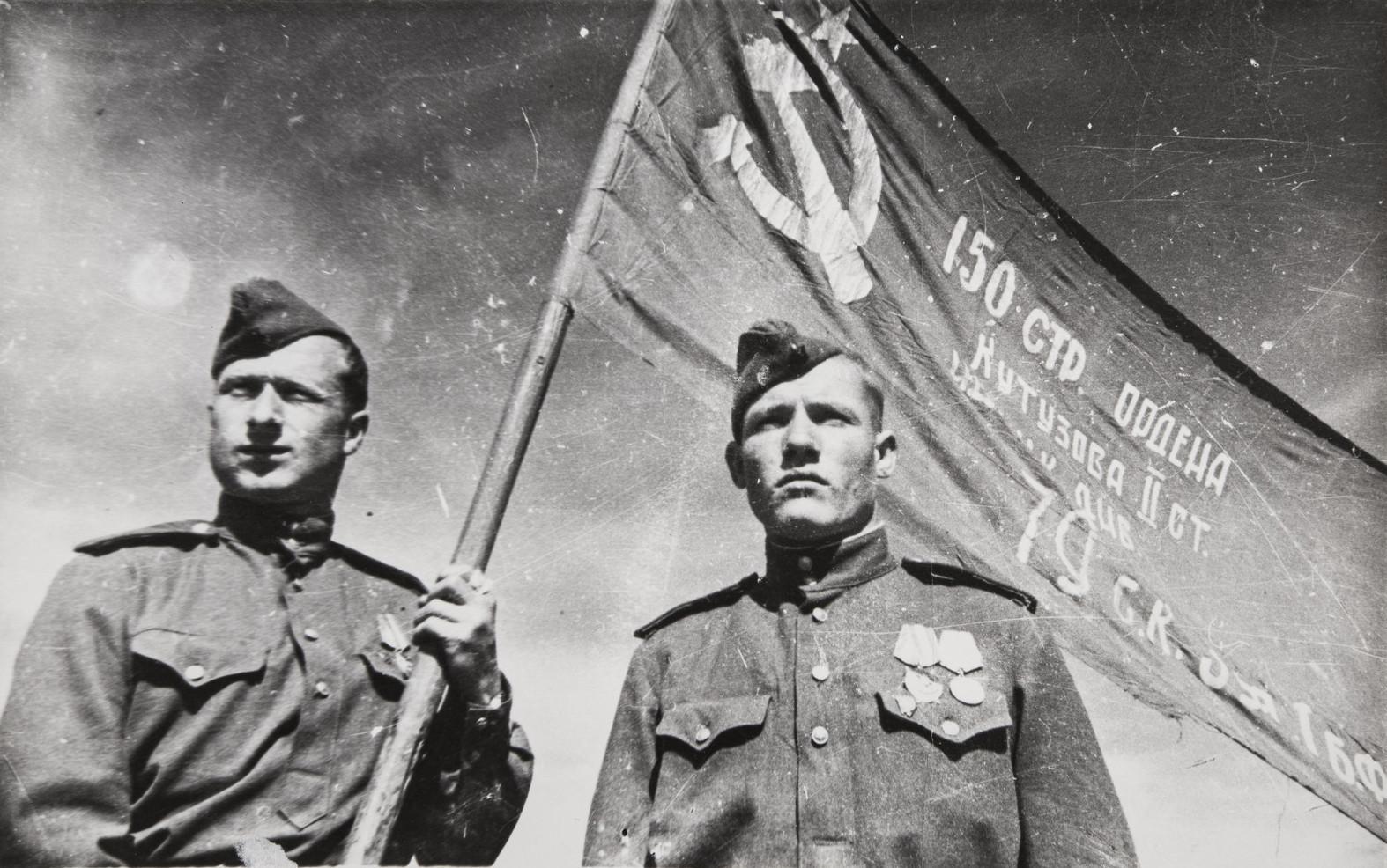 Е. А. Халдей.    Мелитон Кантария с флагом Победы перед отправкой в Москву   1945