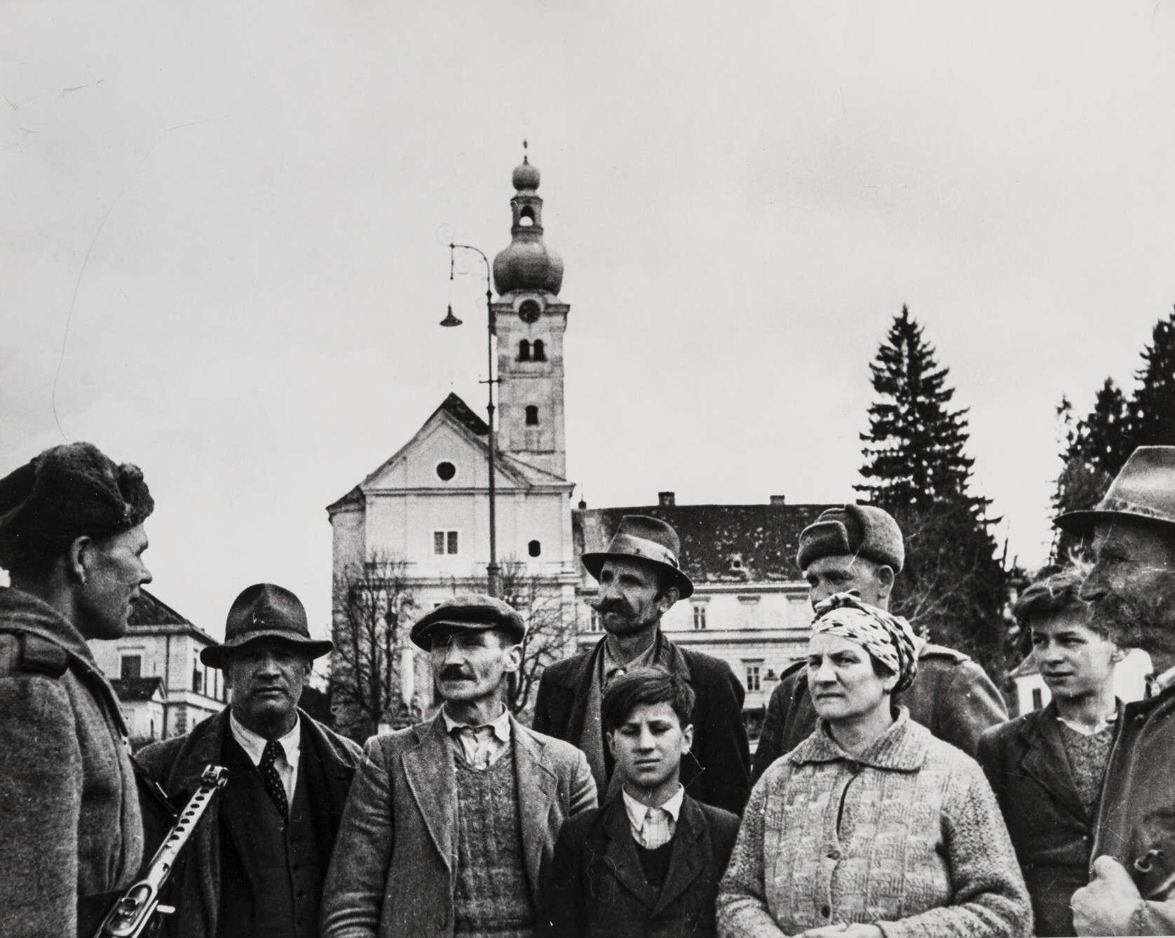 Евгений Халдей.    Советский солдат и жители освобожденной Вены   Австрия,1945
