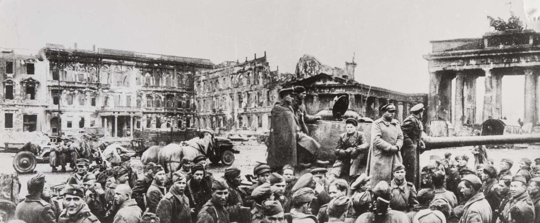Евгений Халдей.    У Бранденбургских ворот   Германия,Берлин, 1945