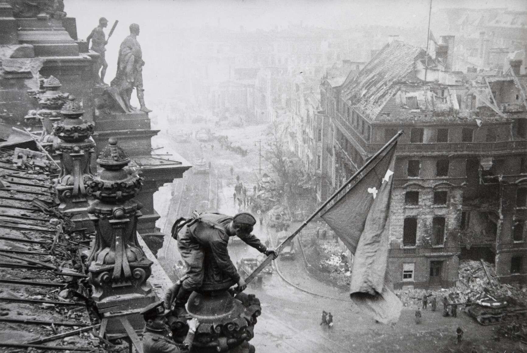 Евгений Халдей.    Знамя Победы   Германия, Берлин, 1945