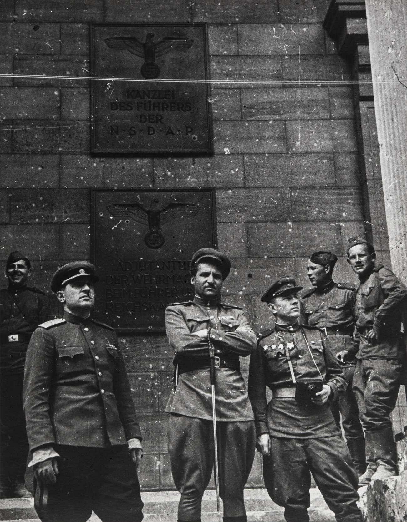Евгений Халдей.    Константин Симонов на ступенях рейхсканцелярии   Германия,Берлин,1945