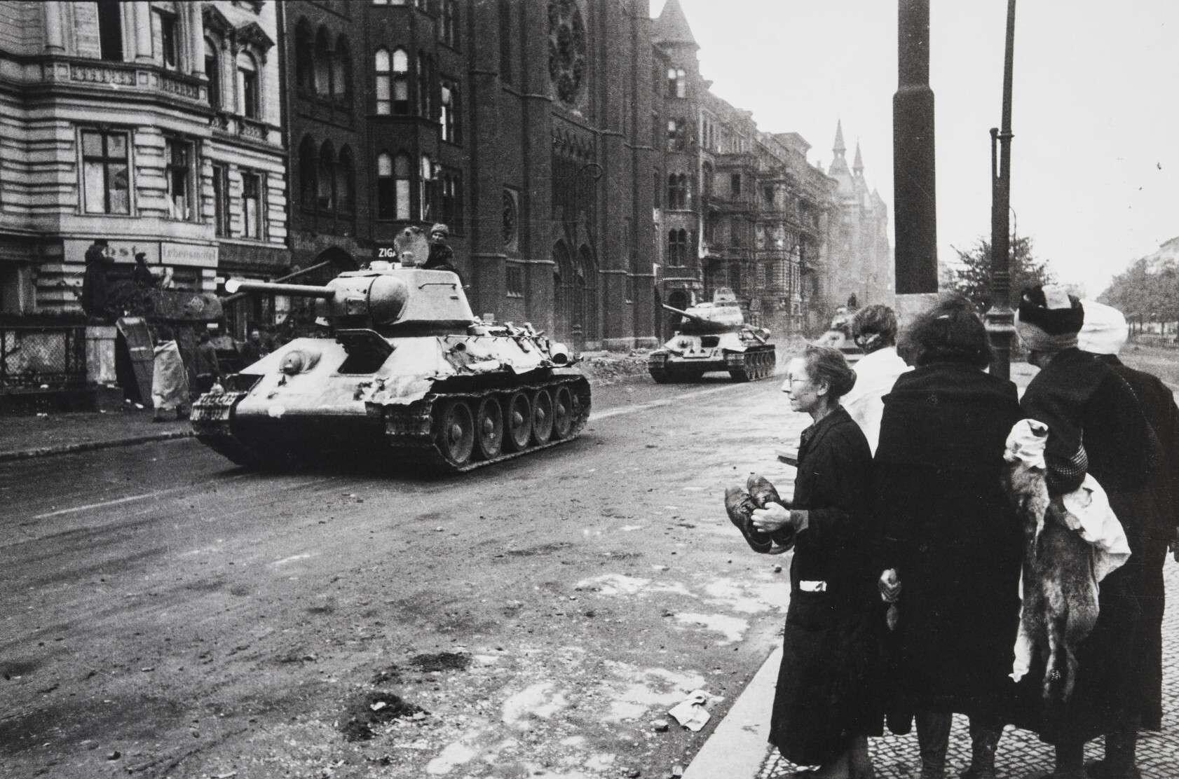 Евгений Халдей.    Советские танки в городе   Германия,Берлин,1945