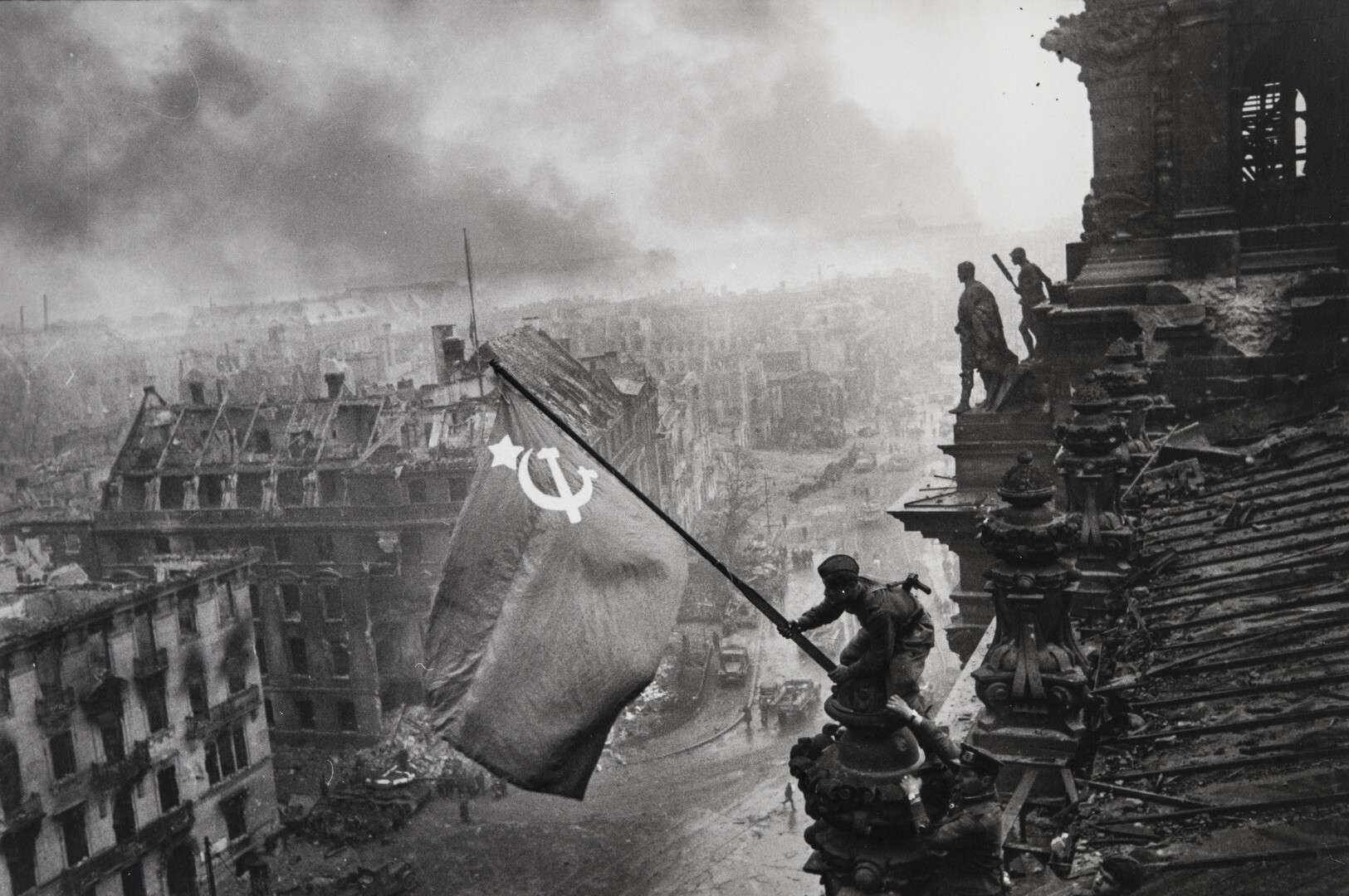 Евгений Халдей.    Флаг Победы   Германия,Берлин, 2 мая 1945