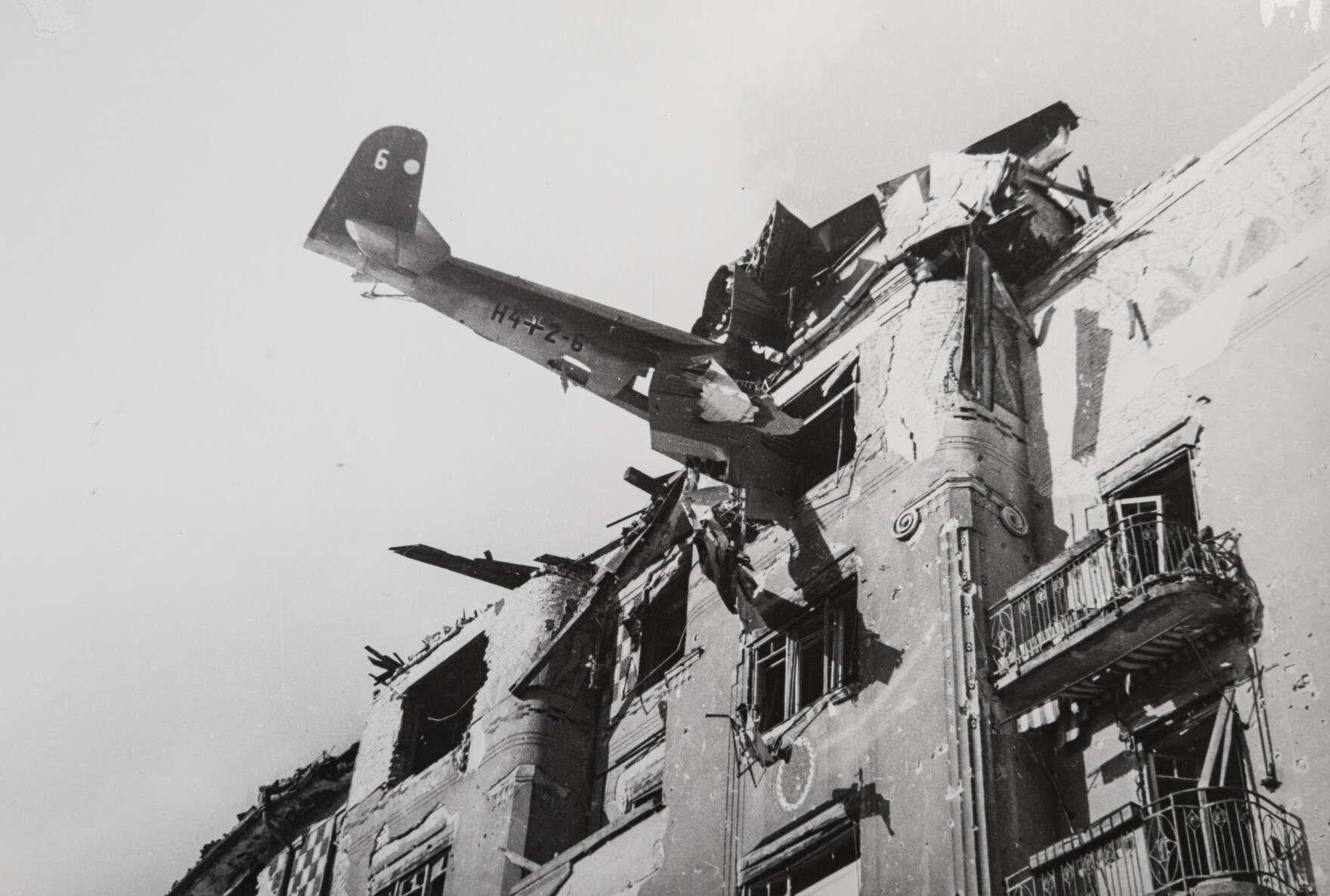 Евгений Халдей.    Немецкий планер врезался в дом   Венгрия, Будапешт,ул. Аттилы, 1945