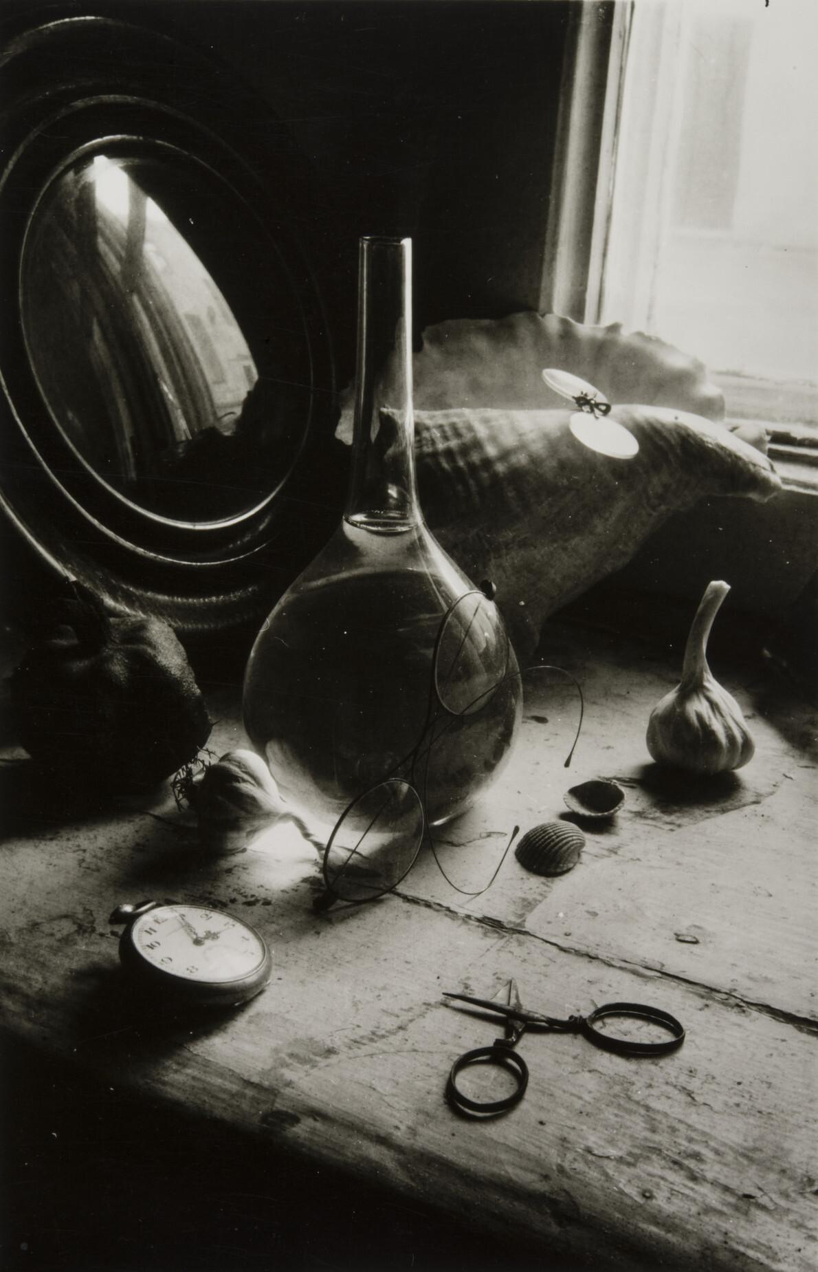 Борис Смелов.      Натюрморт с колбой и часами   Ленинград, 1973