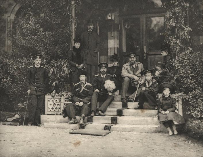 Ливадия. Царская семья  на ступенях крыльца Малого дворца