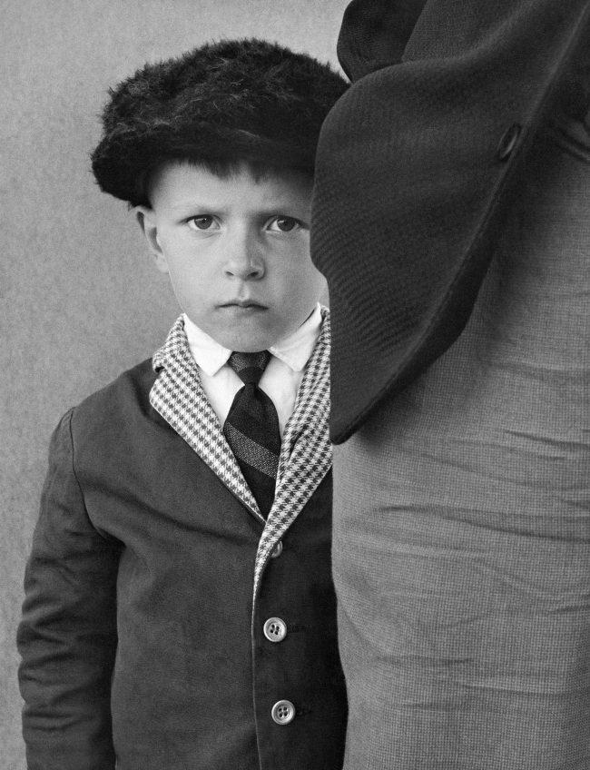 kuvatyyppi;b&w,vuosikymmenet;1960-luku,ihminen;lapsi;poika,ihminen;lapsi;ilmeet ja eleet,ihminen;lapsi;ja aikuinen